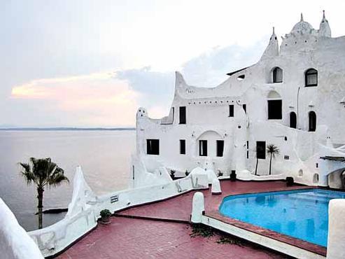As formas únicas da Casa Pueblo, construída pelo artista Carlos Paez Vilaró: local mistura museu e hotel, e tem a melhor vista do mar em Punta